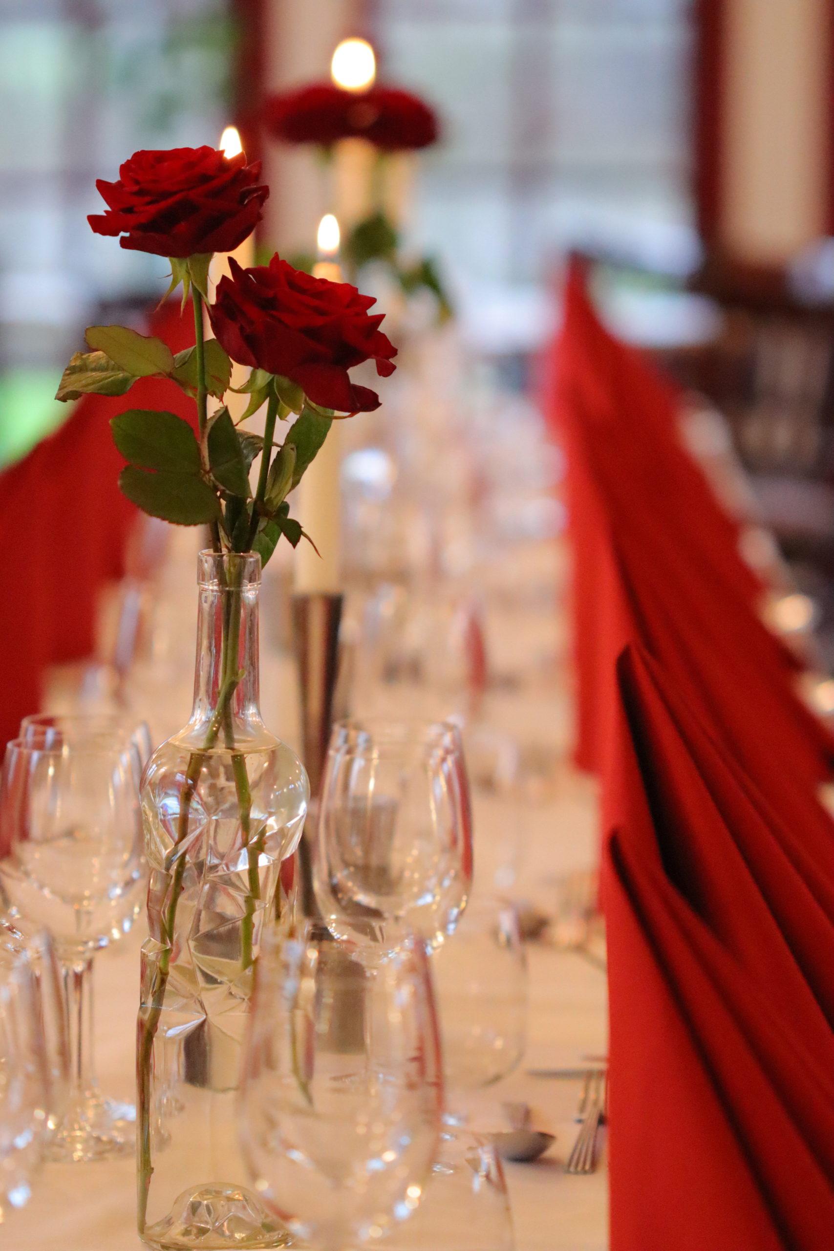 Billede af veldækket bord, her kunne stå lækker stegt flæsk med persillesovs. Det kan du hver torsdag på Gyrstinge Skovkro nær Ringsted, Sorø, Store Merløse og Borup